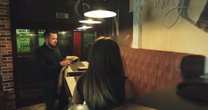 Två unga par kommer till kafé-stången lager videofilmer