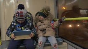 Två unga pojkar i en buss lager videofilmer