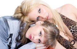 Två unga prety kvinnor ta sig en tupplur Fotografering för Bildbyråer