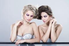 Två unga sexiga kvinnor. Arkivfoto
