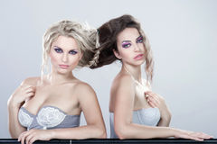 Två unga sinnliga kvinnor. Arkivfoto