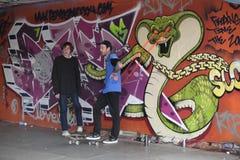 Två unga skateboradåkare som väntar deras vänd Fotografering för Bildbyråer