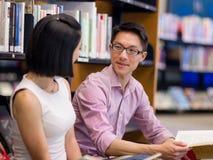 Två unga studenter på arkivet arkivbild