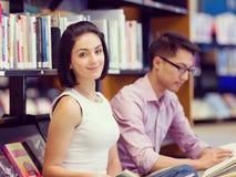 Två unga studenter på arkivet fotografering för bildbyråer