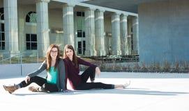Två unga studenter utanför Royaltyfri Fotografi