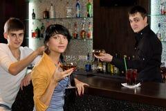 Två unga vänner som kopplar av i en bar royaltyfri foto