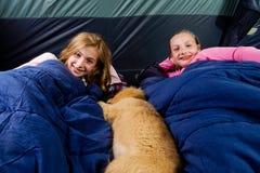 Två ungar i en tent Royaltyfri Fotografi