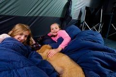 Två ungar i en tent Arkivfoto