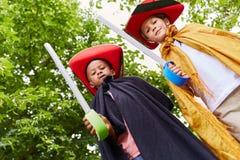 Två ungar i karneval som piratkopierar arkivfoton