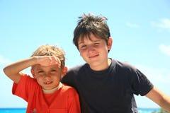 Två ungar i sunen Royaltyfri Fotografi