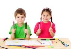 Två ungar med färgar lite ritar royaltyfria foton