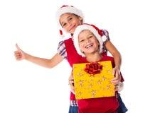 Två ungar med julgåvaasken Royaltyfri Foto