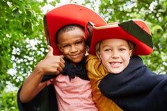 Två ungar med piratkopierar dräkten Royaltyfria Bilder