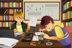 Två ungar som arbetar på ett elektroniskt projekt royaltyfri illustrationer