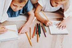 Två ungar som drar tillsammans att täcka vid filten arkivfoton