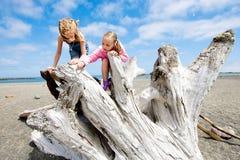 Två ungar som leker på en sandig strand Arkivbilder