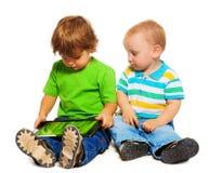 Två ungar som leker tableten royaltyfri bild