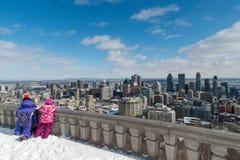 Två ungar som ser Montreal horisont Arkivfoto