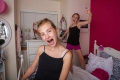 Två ungar som spelar i deras rum royaltyfri fotografi