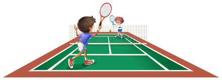 Två ungar som spelar tennis Arkivbilder