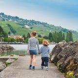 Två ungar som utomhus går Royaltyfria Foton