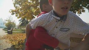 Två ungar som utomhus slåss Två kämpa pojkar i höst parkerar