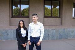 Två ungdomar, internationella studenter, meddelar, löser pro- Royaltyfri Bild