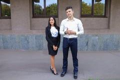 Två ungdomar, internationella studenter, meddelar, löser pro- Royaltyfria Bilder