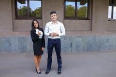 Två ungdomar, internationella studenter, meddelar, löser pro- Royaltyfri Foto
