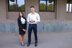 Två ungdomar, internationella studenter, meddelar, löser pro- Arkivfoto