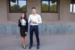 Två ungdomar, internationella studenter, meddelar, löser pro- Royaltyfria Foton