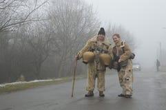 """Två ungdomarsom maskeras lokala mummers som för kukers†"""" arkivfoto"""