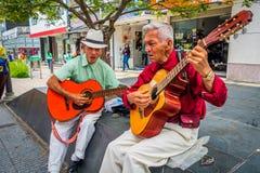 Två unidentify infödda män som spelar gitarren in royaltyfria foton