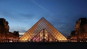 Två upprättande skott av pyramiden på Louvre i Paris stock video