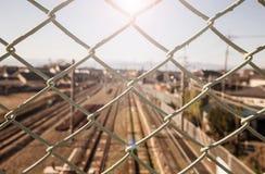 Två uppsättningar av järnvägspår kör raksträcka och paralle Royaltyfri Bild