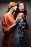 Två ursnygga flickvänner som gör förälskelse Royaltyfria Bilder