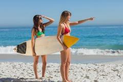 Två ursnygga kvinnor som går att surfa royaltyfri fotografi