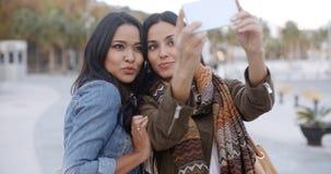 Två ursnygga kvinnor som poserar för en selfie Arkivbild