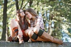 Två utomhus- flickvänner Arkivbilder