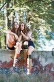 Två utomhus- flickvänner Royaltyfria Bilder