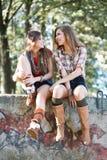 Två utomhus- flickvänner Arkivfoto