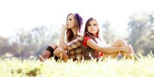 Två utomhus- flickvänner Royaltyfri Foto