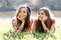 Två utomhus- flickvänner Royaltyfri Bild