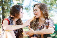 Två utomhus- flickvänner Fotografering för Bildbyråer