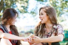 Två utomhus- flickvänner Arkivbild