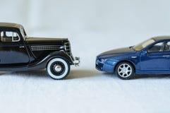 Två utvecklingar av bilar Arkivfoton