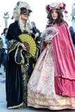 Två utvecklingar i härliga dräkter på den Venetian karnevalet 2014, Venedig, Italien Royaltyfri Fotografi
