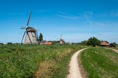 Två väderkvarnar på en fördämning längs polder nära Maasland, Nethen royaltyfria bilder