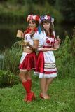 Två välklädda flickor arkivbild