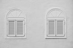 Två välvda fönster Arkivbild